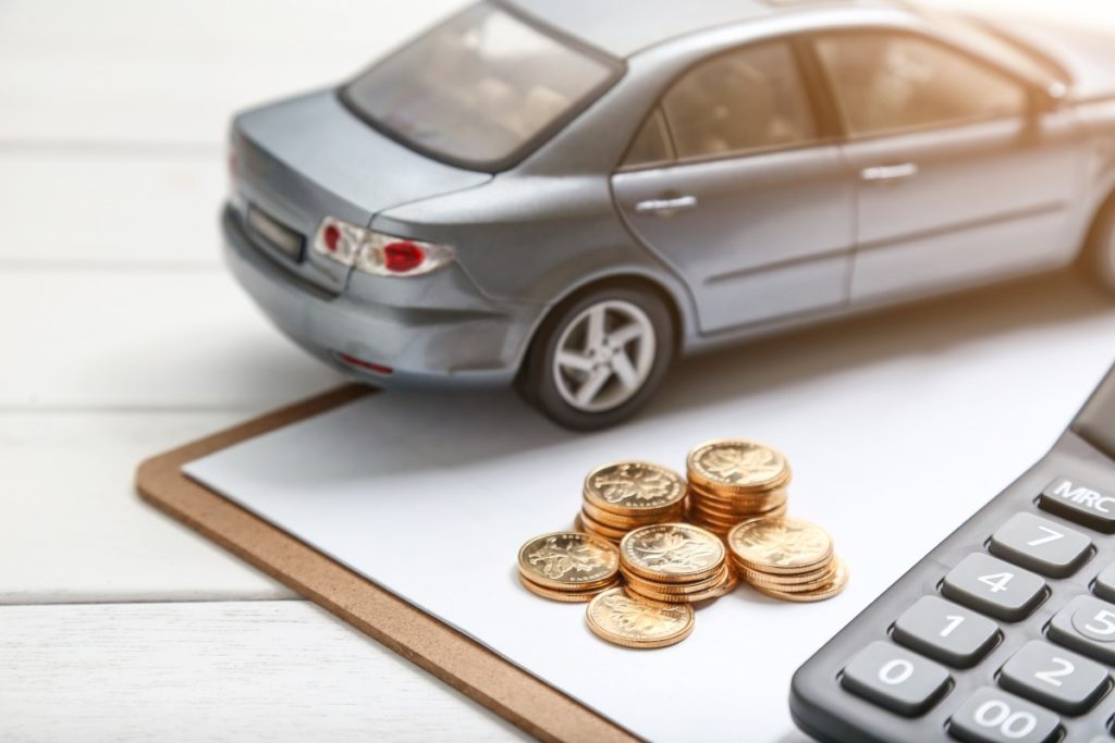 atrapa auta na notatniku z monetami i kalkulatorem